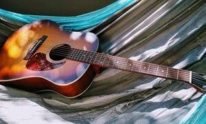 første akustiske guitar