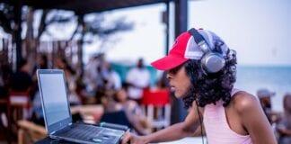 Kvindelig DJ høretelefoner