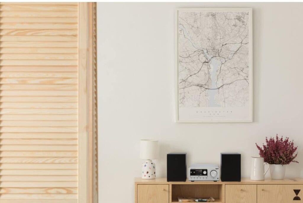 Imperial DABMAN i300 CD Minianlæg står i en naturlig setting i stuen