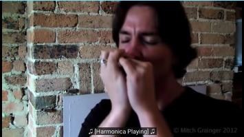 Billede af en fyr der kan lære der kan lære dig at spille mundharmonika på youtube