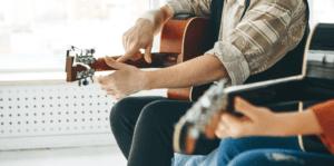 Mand der spiller guitar