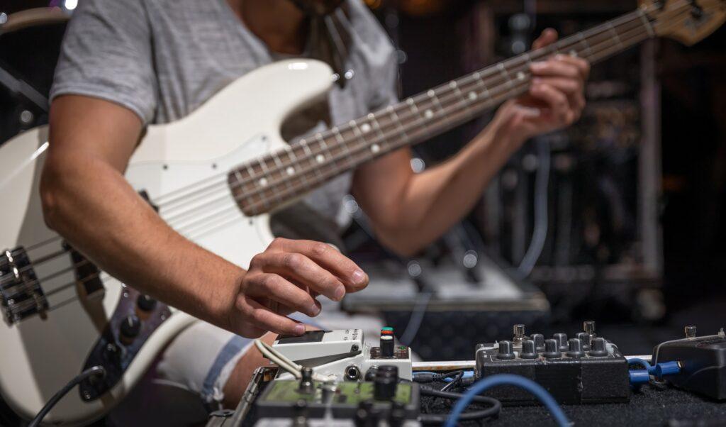 Guitareffekter bliver brugt af guitarrist