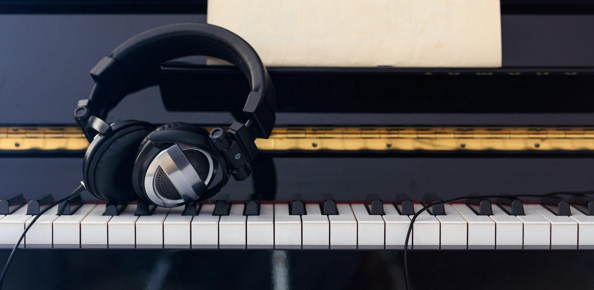 studie høretelefoner på et klaver