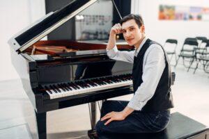Pianist på en klaverbænk
