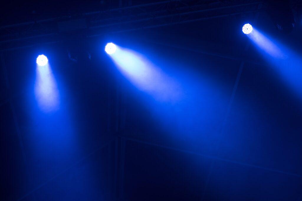 Lys der lyser igennem røg fra en røgmaskine
