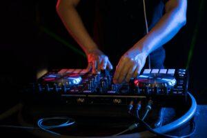 DJ der spiller på en DJ controller