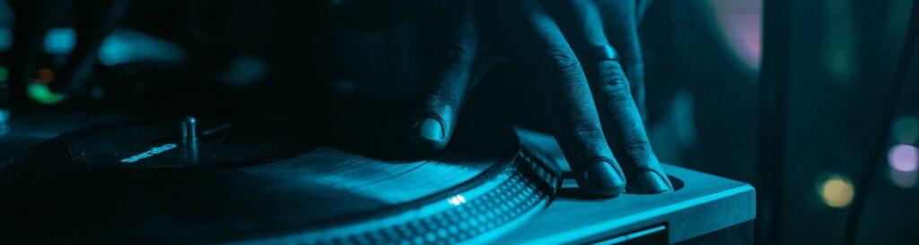 DJ pladespiller om aftenen