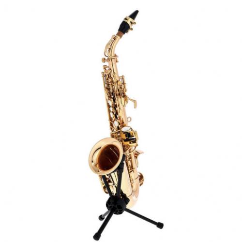 Startone SCS-75 Curved Soprano Sax på et saxofonstativ